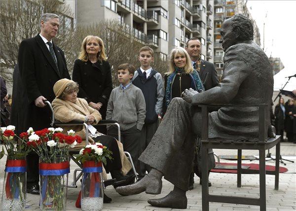 Tom Lantos-szobrot avattak a XIII. kerületben