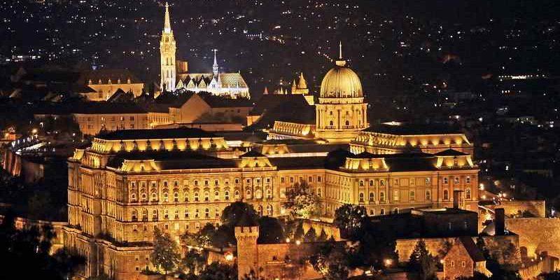 Az állam legnagyobb Zsolnay kandallója épül a Budavári Palotában
